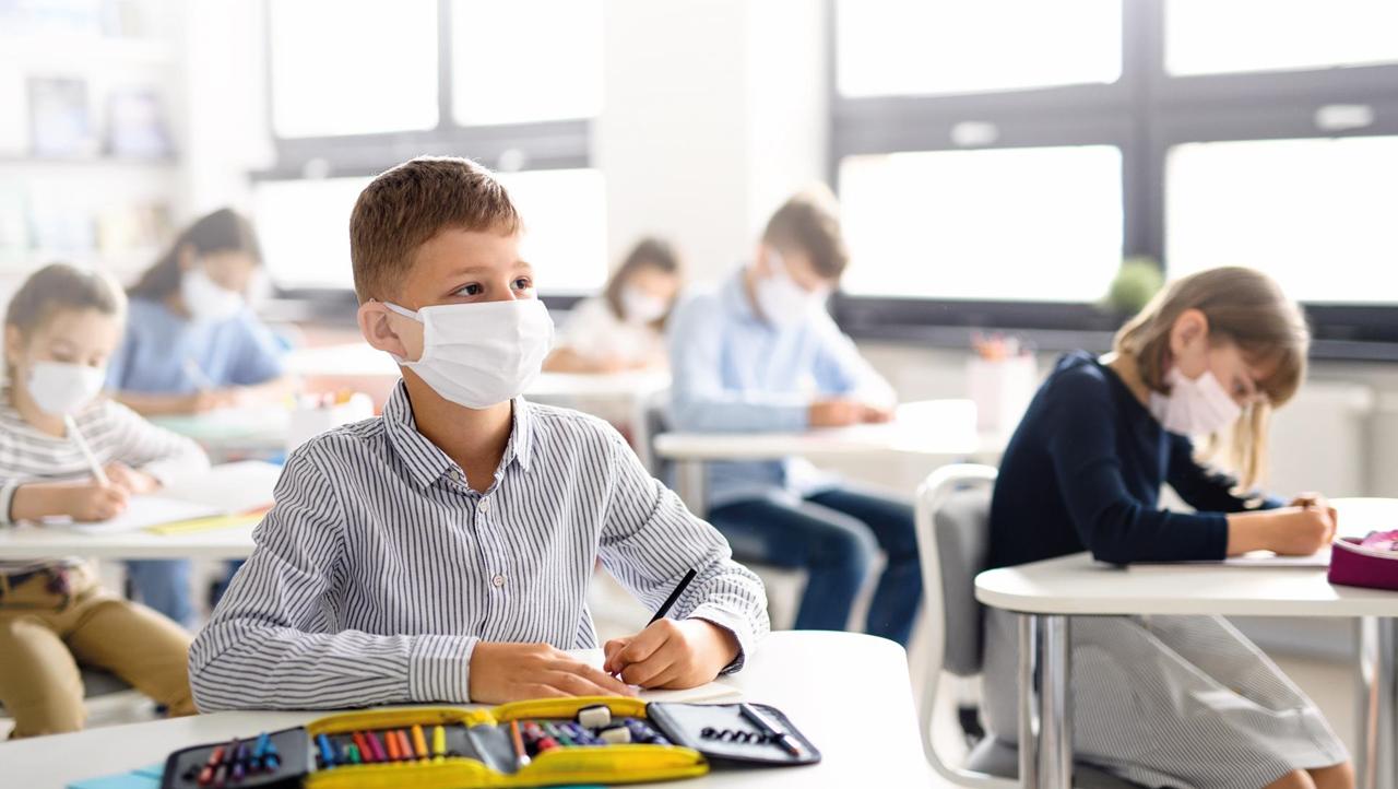 提升教室空气质量,该通风还是净化?